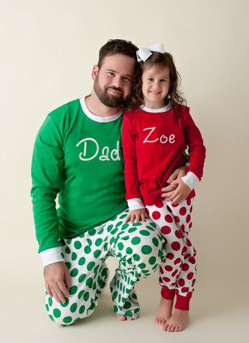 Pai e filha vestindo pijamas com estampa do nome.