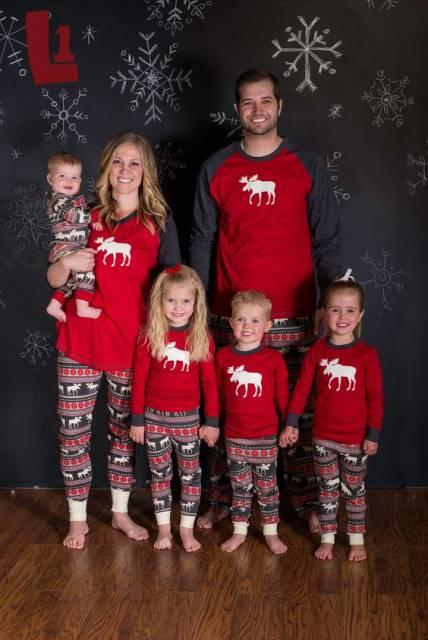 Família vestindo o mesmo estilo de pijama.