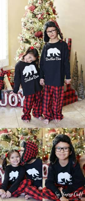 Irmãos com pijamas personalizados.