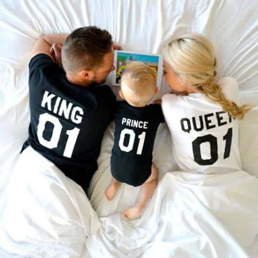 """Mãe, pai e filho usando pijamas escrito """"King, Prince, Queen""""."""