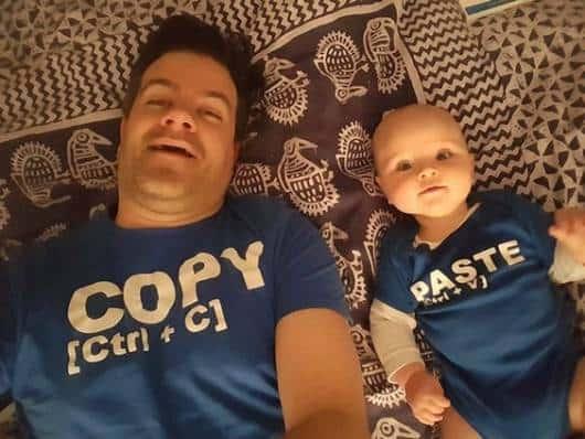 """Pai e filho usando pijamas com a frase: """"Ctrl+C e Ctrl+V"""""""