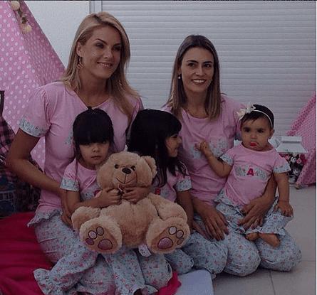 Duas mulheres e três meninas com pijamas personalizados.