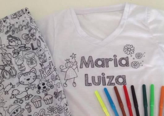 Pijama em preto e branco, que pode ser pintado com canetinha.