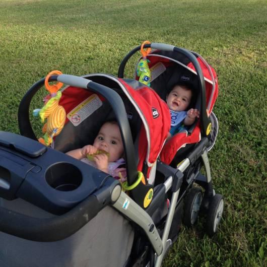 carrinho de bebê para gêmeos vermelho e cinza