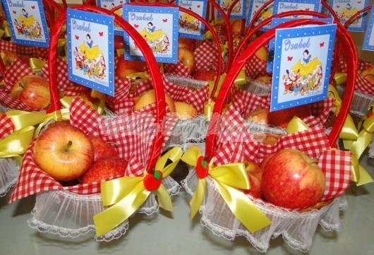 centro de mesa branca de neve com maçãs