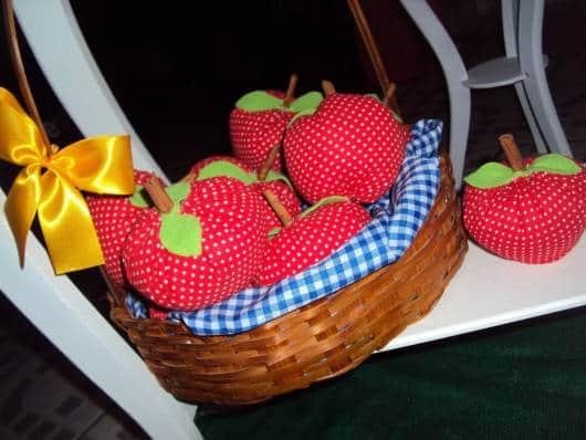 centro de mesa branca de neve maçãs de tecido