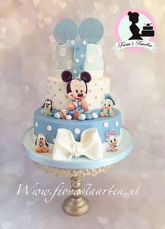 Bolo do Mickey Baby em azul claro e branco.
