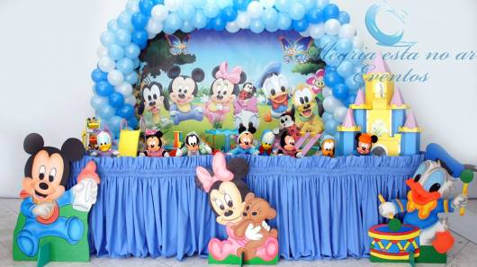 Festa do mickey baby decorada em azul claro.
