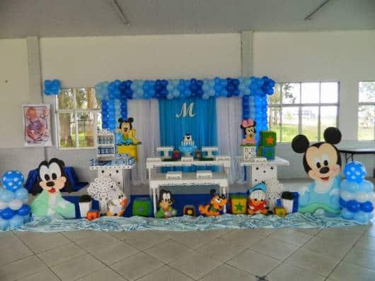 Festa do Mickey Baby decorada em branco e azul.