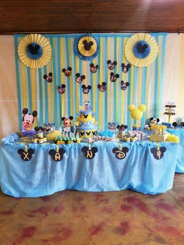 Festa decorada em azul, amarelo e preto.