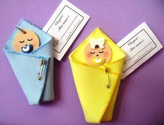Bebês envoltos com manta de EVA.
