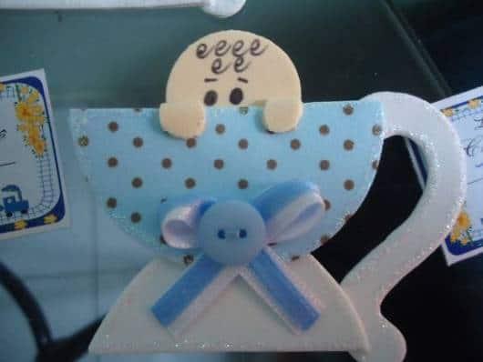 Xícara azul e branca com bebê.