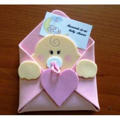 Envelope rosa com bebê dentro.