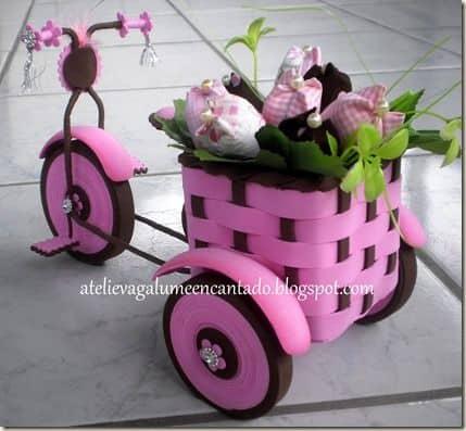 Bicicleta com cestinho de flores.