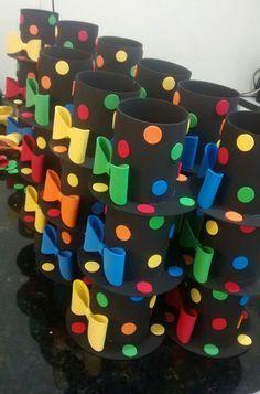 Lata com formato de chapéu preto com bolinhas coloridas.