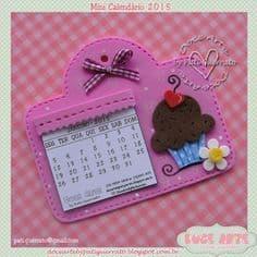 Calendário em placa decorada de EVA.