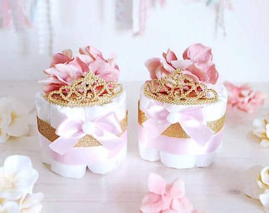 Bolo rosa e dourado de fraldas.