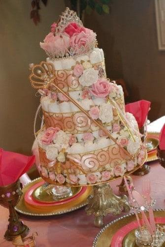 Bolo com detalhes em dourado e rosa.