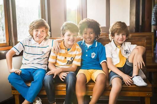 Meninos vestindo conjunto infantil masculino.