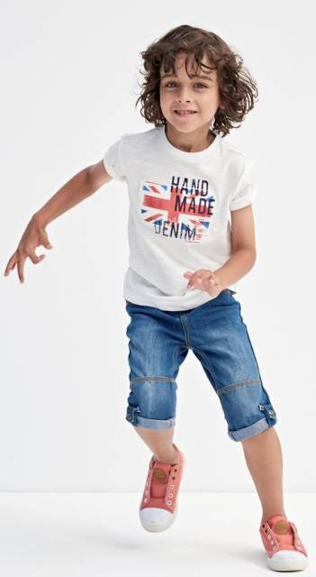 Conjunto de camiseta branca e short jeans.