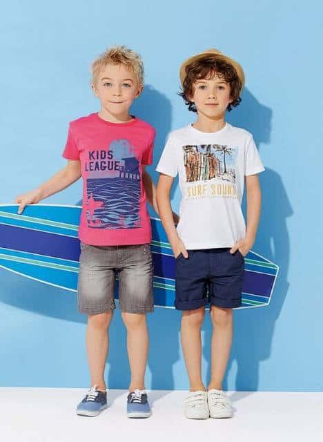 Meninos vestindo shorts e camiseta.