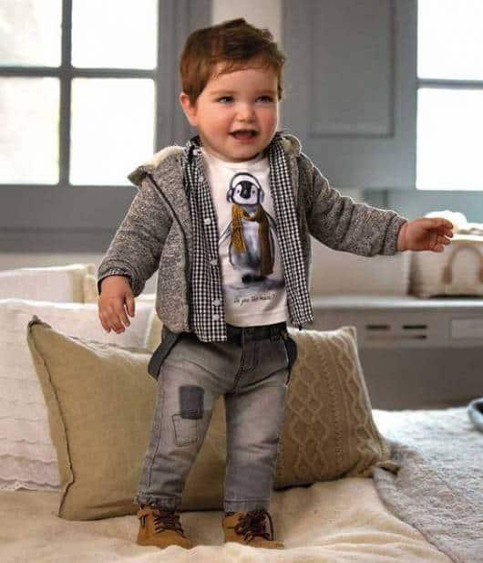 Bebê vestindo conjunto de inverno.
