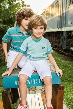 Conjunto infantil masculino azul e branco.