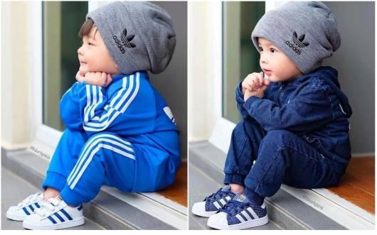 Menino com moleton jeans e outro com modelo esportivo azul da adidas.