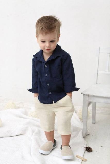 Menino vestindo short e camisa social para festa.