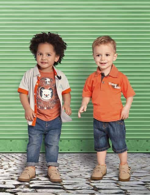Conjunto laranja e jeans para meninos.