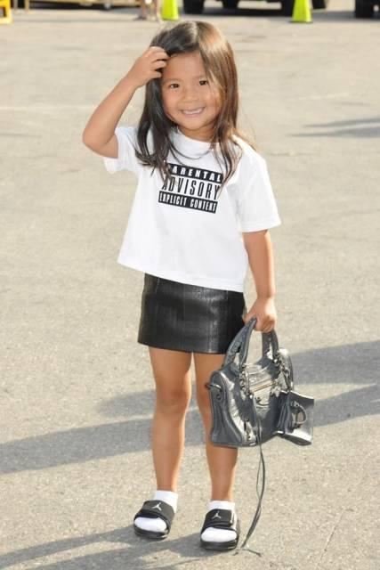 look infantil feminino com mini saia e camiseta