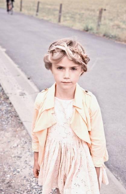 look infantil feminino com vestido social e jaqueta