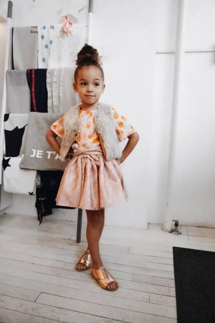 look infantil feminino com vestido de estampa poá