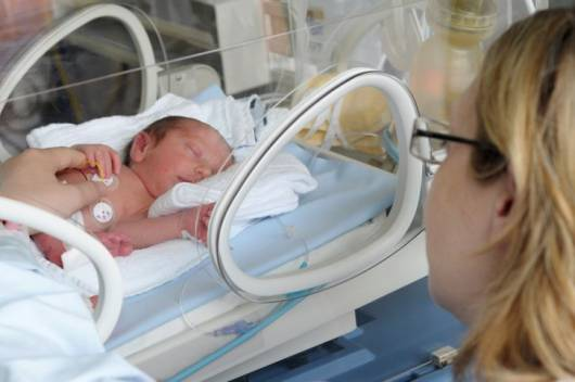 Bebê na incubadora.
