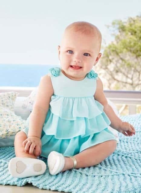 Bebê com vestido azul.