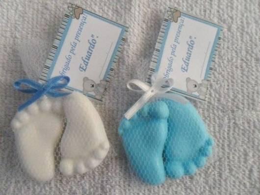 Sabonetes com formato de pés.