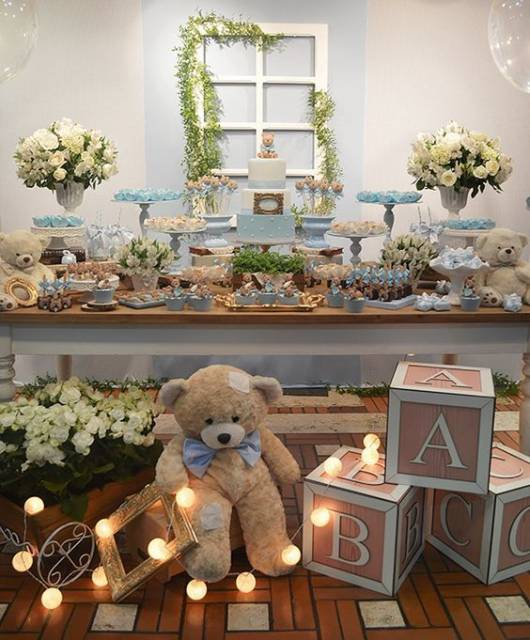 Decoração de chá de bebê com ursos e flores.