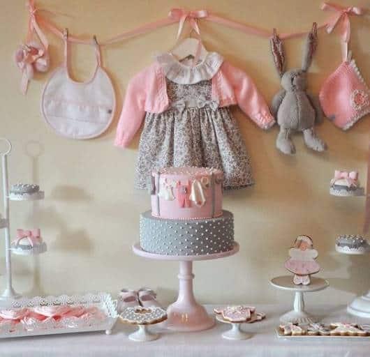 Chá de bebê com decoração e bolo cinza e rosa.