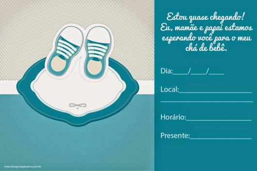 Convite azul com desenho de tênis.