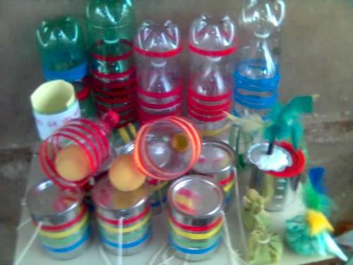 Brinquedos Folclóricos com garrafa e lata