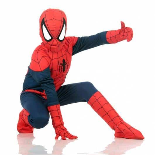 Modelo de máscara de homem-aranha juntamente com a fantasia