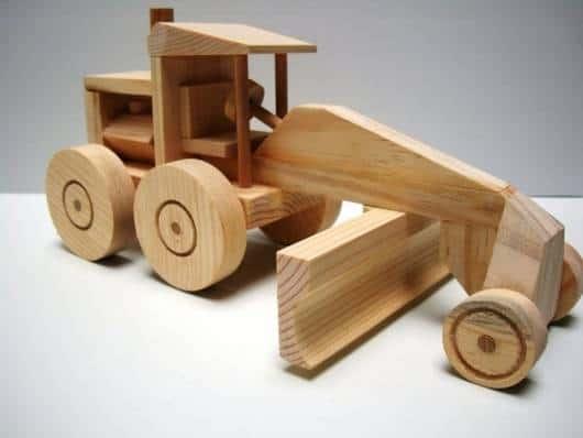 Brinquedos Antigos de madeira trator