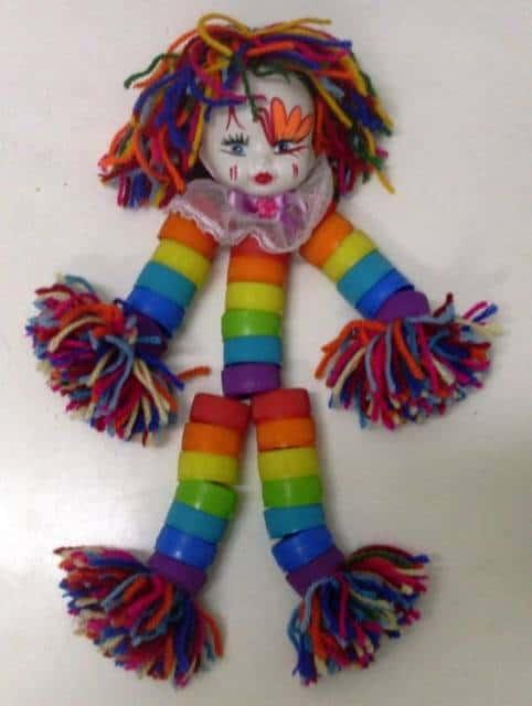 boneca com tampinhas