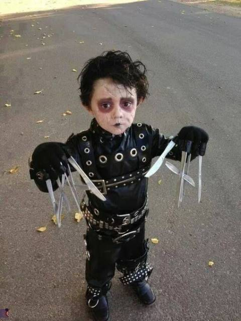Criança vestida de Edward Mãos de Tesoura.