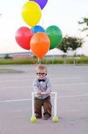 Criança vestido como o Carl, do filme Up.