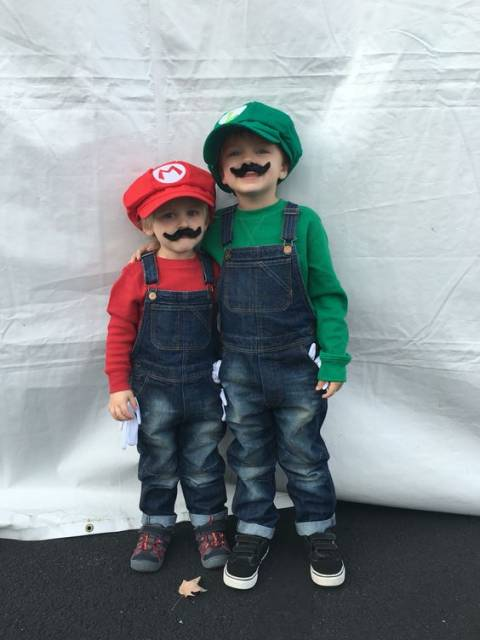 Dois meninos fantasiados de Mario.