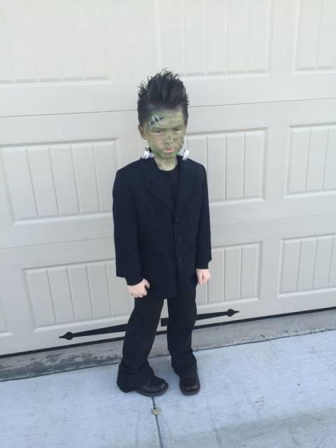 Menino vestido de Frankenstein.