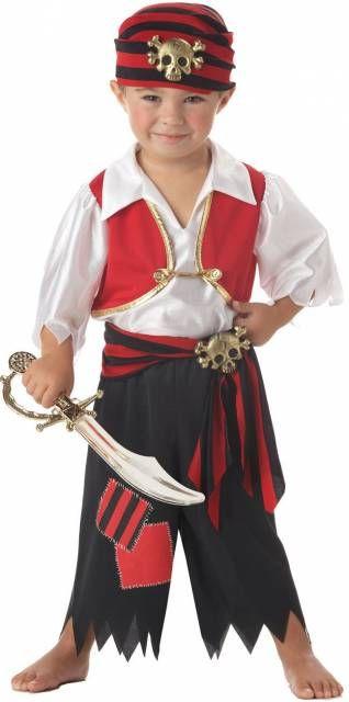 menino com espada vestido de pirata.