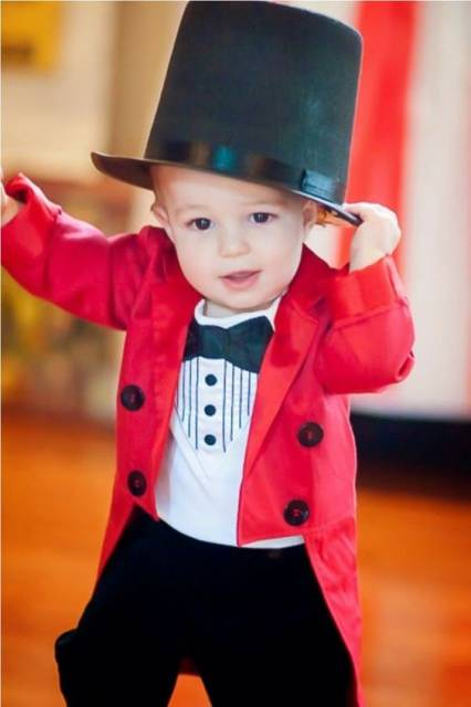 Bebê vestido de mágico.