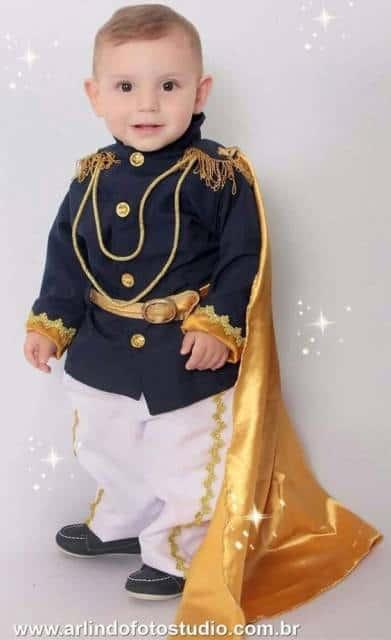 Fantasia infantil masculina de príncipe.
